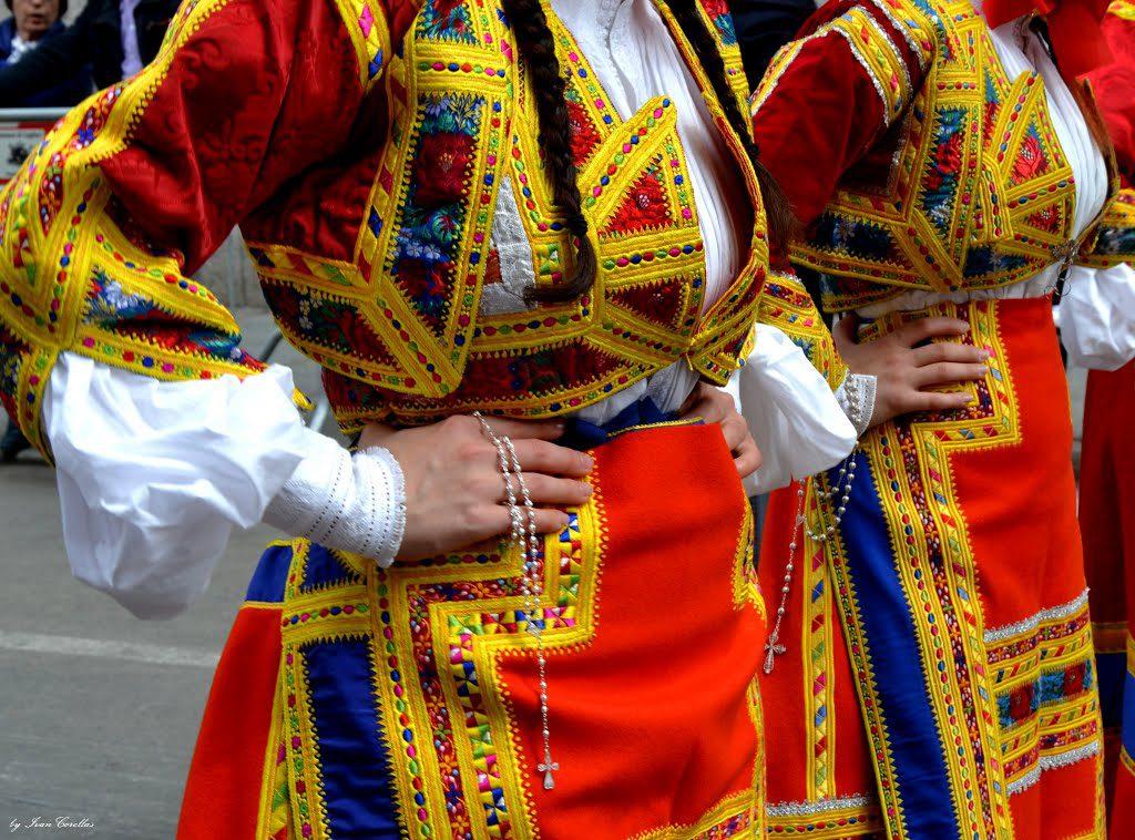 Foto di donne in costumi tradizionali di desulo