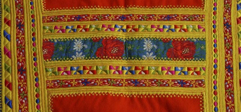 Foto stoffa dei costumi tradizionali di desulo da cui ho tratto ispirazione pe rla grafica