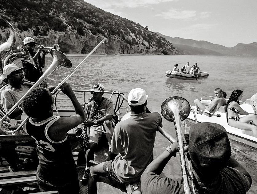 Rebirt Brass band su una barca che suonano