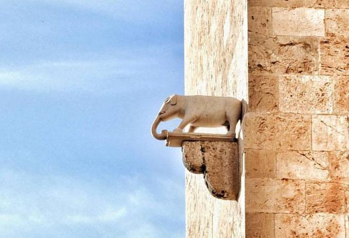 Fotografia scultura elefantino nella torre dell'elefante a cagliari