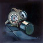 quadro di una maschera antigas con il vetro degli occhi spaccato e sporco di sangue